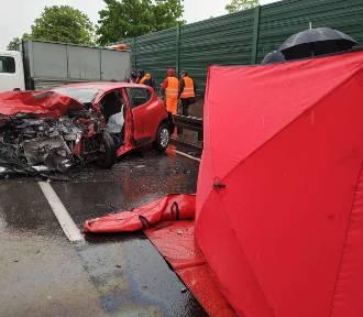Zabrze: Tragiczny wypadek obok M1, na DK 88 [ZDJĘCIA]. Zderzenie czterech samochodów, jedna osoba