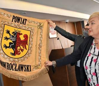 Nowy sztandar powiatu inowrocławskiego i zmodernizowana sala sesyjna