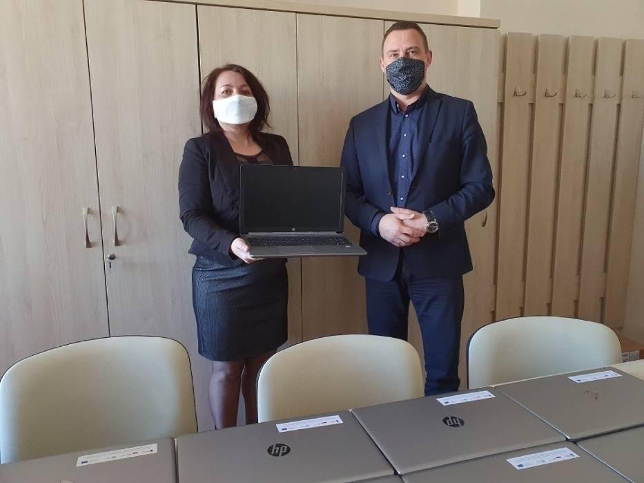 """Laptopy z programu """"Zdalna szkoła"""" trafiły do 14 szkół w Tarnobrzegu"""