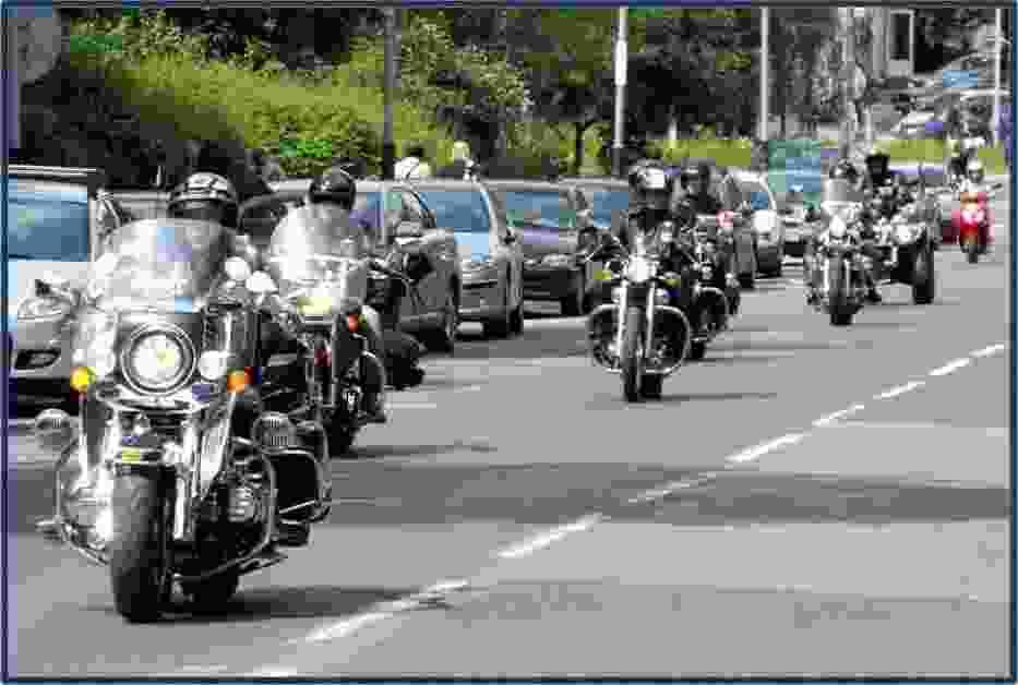 Motocykliści w drodze do dzieci