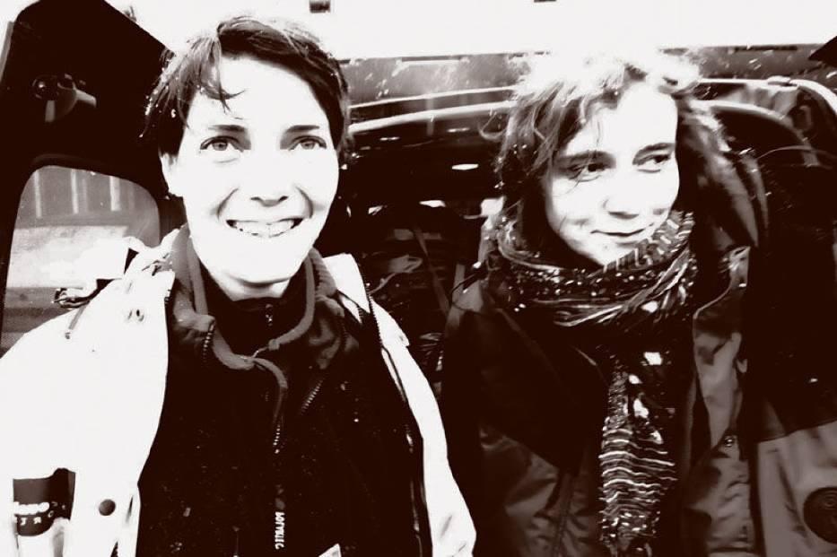 Anna Grebieniow i Xenia Starzyńska - pełne radości przed niezwykłą podróżą na Syberie - w piątek 4 lutego około godziny 10-tej na dworcu głównym w Poznaniu
