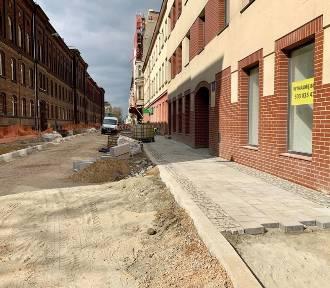 Remont Tuwima: trwa układanie chodników