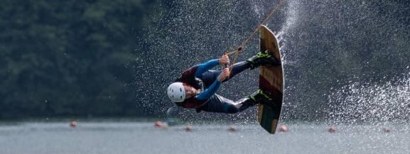 Wakeboarding to ślizg na desce ciągniętej przez motorówkę lub wyciąg, podczas którego można wykonywać liczne akrobacje. Tego sportu w Warszawie możecie spróbować m.in. w WAWA WAKE oraz Wake FARMA.  Koszt takiej zabawy ze sprzętem to ok. 40-50 zł.