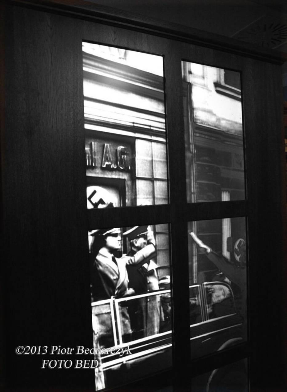 Widok z okna apteki pod Orłem na ulicę w czasie wojny