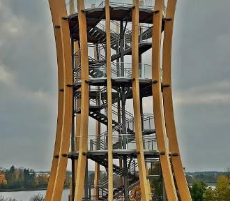 Potężna wieża nad jeziorem. Takiej atrakcji tylko pozazdrościć