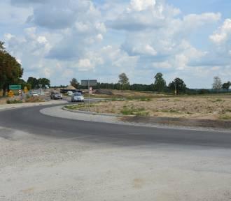 Po rondzie w Inowłodzu już jeżdżą auta. Trwa przebudowa DW 726 (foto)