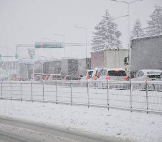 Krytyczna sytuacja na drogach w Krośnie i powiecie. Część z nich jest nieprzejezdna