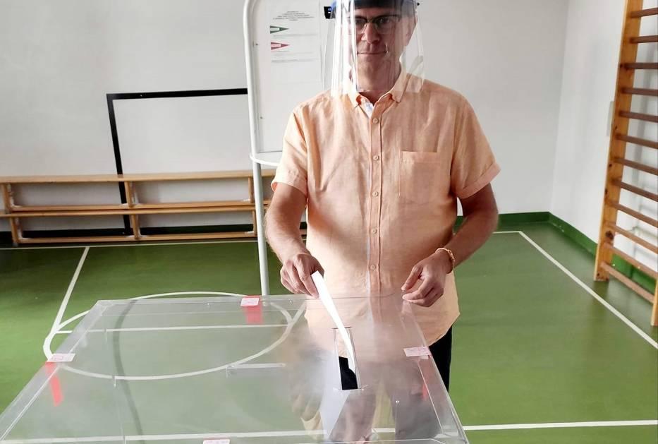 Burmistrz Jacek Gursz podczas głosowania w drugiej turze