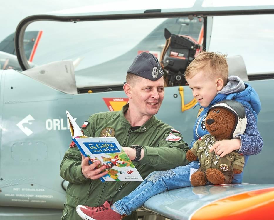 W sesji wzięli udział piloci 42 Bazy Lotnictwa Szkolnego w Radomiu oraz Boguś Niedźwiedź - lotnik