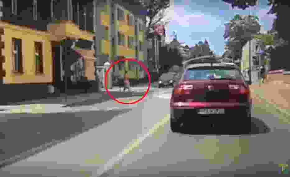 Całe zdarzenie zostało nagranie przez wideorejestrator samochodowy.