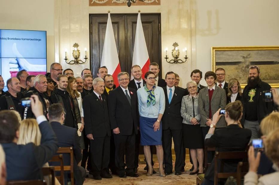 Laureaci plebiscytu Patriotycznie Zakręceni z Prezydentem RP Bronisławem Komorowskim oraz Dorotą Stanek, prezes zarządu Grupy Polskapresse