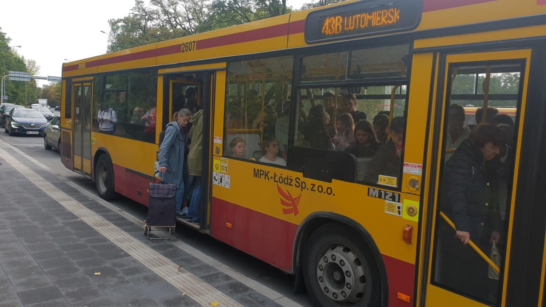 – W poprzednim tygodniu ten autobus ruszył beze mnie trzy razy na pięć dni powrotów ze szkoły – wyliczała, zagadnięta po odjeździe feralnego 43 B, Klaudia, uczennica technikum w Zespole Szkół Ponadgimnazjalnych nr 5, nieopodal Manufaktury