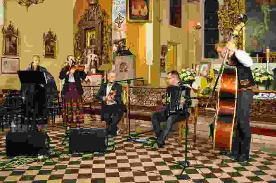 Wspaniały, poruszający, porywający, pozytywnie energetyczny - chwalili uczestnicy koncertu występ zespołu góralskiego Tryptyk, który zagrał i zaśpiewał w kościele p