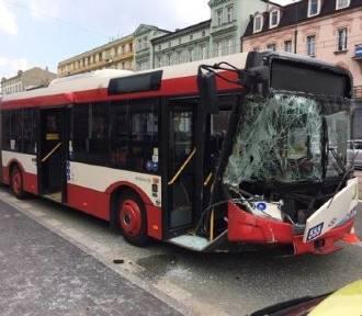 Wypadek w centrum Sosnowca: Zderzenie autobusu z dostawczakiem