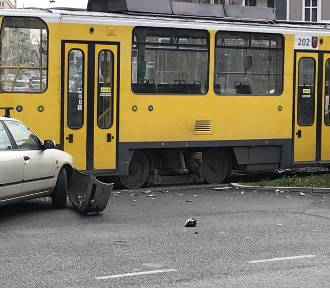 Kolizja osobówki z tramwajem na Bohaterów Warszawy