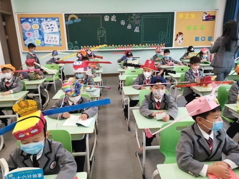 Zachowujące dystans czapkiW niektórych chińskich prowincjach dzieci wróciły już do szkół