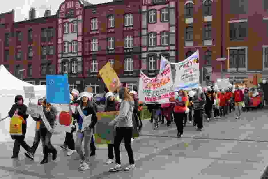 Pochód młodzieży skandującej hasła wzywające ku poszanowaniu żywności