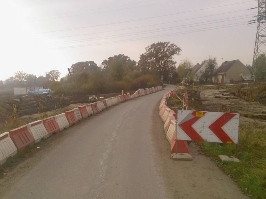 Zwężenie ulicy Odrzańskiej przy wjeździe do części zabudowanej we wsi