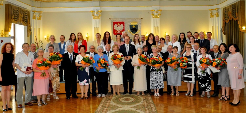 W urokliwych wnętrzach reprezentacyjnej sali Przemyskiej Biblioteki Publicznej odbyła się uroczystość, podczas której aż 11 par z Przemyśla w obecności swoich bliskich, przyjęło z rąk prezydenta Wojciecha Bakuna oraz kierownika Urzędu Stanu Cywilnego Urszuli Golec medale za długoletnie pożycie małżeńskie