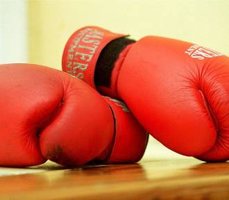 Uwaga, biją w Białej! Ciosy bokserskie i kopnięcie kolanem lub butem