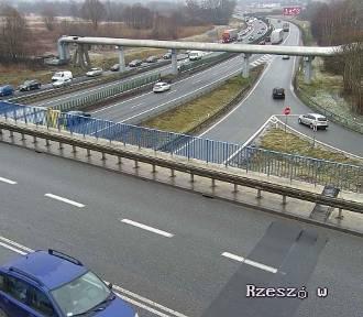 Wypadek na A4 koło Balic. Wystrzeliła opona ciężarówki