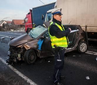 Wypadek na Skłodowskiej-Curie. Czołowe zderzenie z ciężarówką