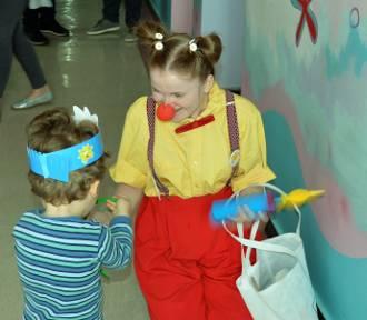 """Wolontariusze Fundacji Dr Clown """"leczyli"""" uśmiechem w malborskim szpitalu [ZDJĘCIA]"""