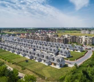 Eko-domki na najdziwniejszym osiedlu w Polsce. Mix Italii, Skandynawii i II RP