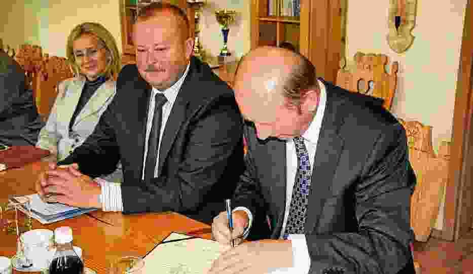 Umowę o organizację polonijnych igrzysk zimowych podpisał Maciej Płażyński, były marszałek (na pierwszym planie)