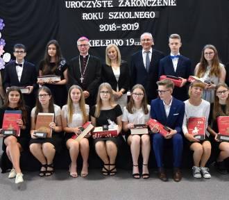 Pożegnanie absolwentów w Szkole Podstawowej w Kiełpinie z niezwykłym gościem  ZDJĘCIA