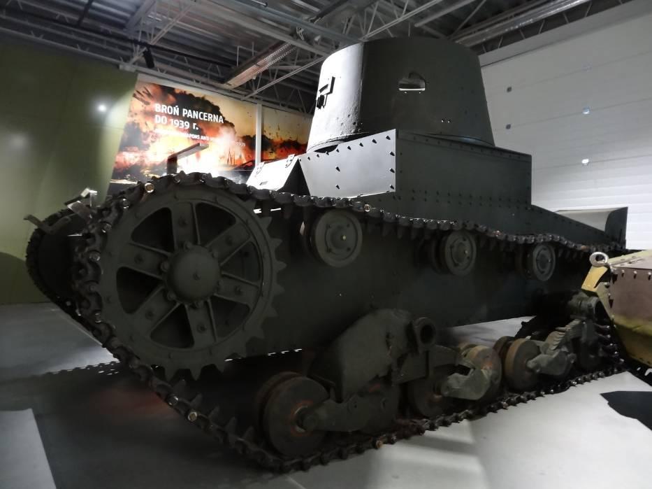Vickers już tworzy w Poznaniu bardzo ciekawą ekspozycję września 1939 roku, razem z ciągnikiem artyleryjskim C2P i tankietką TKS