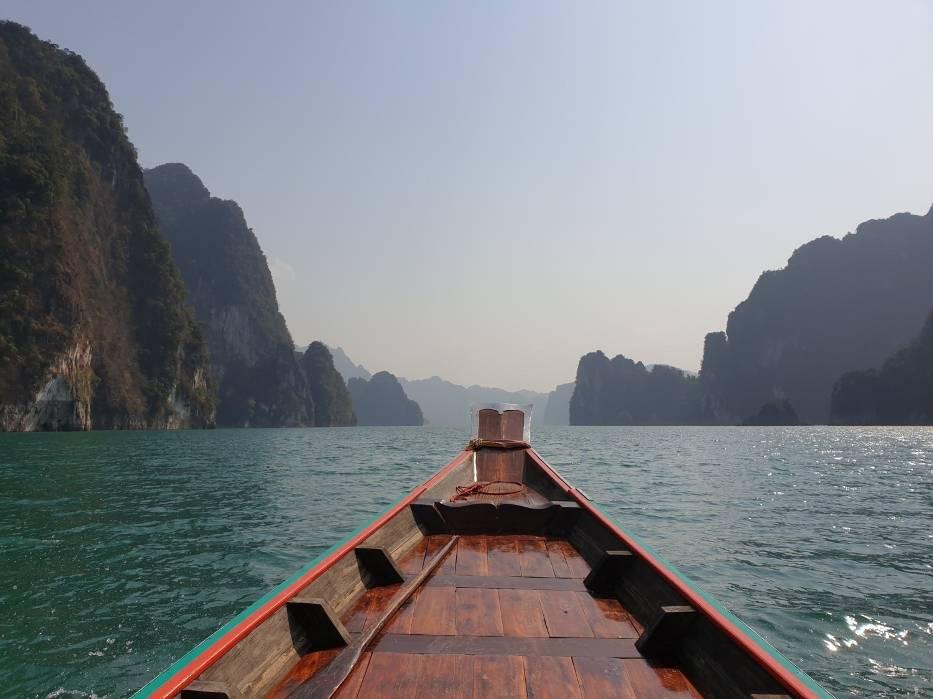 Trekking  w głąb dżungliChoć Tajlandię każdego roku odwiedzają miliony turystów, tylko część z nich decyduje się na wizytę w Khao Sok