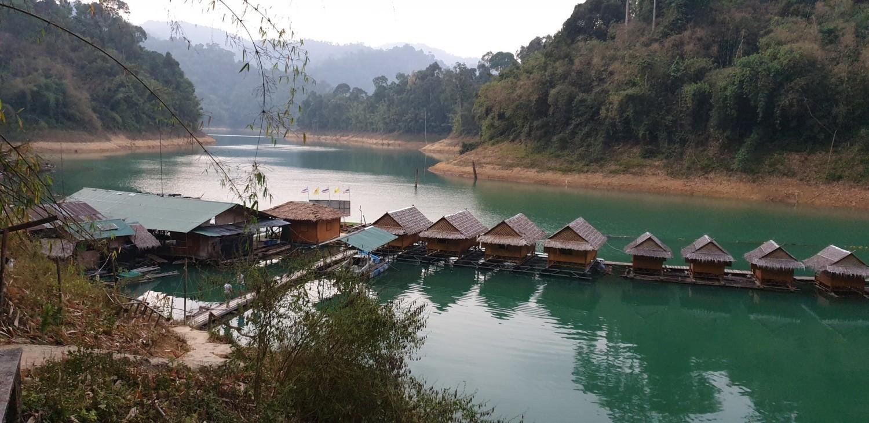 Domki na wodzieW Khao Soak zachwycić może nie tylko dżungla