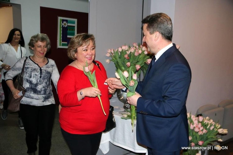 Gminny Dzień Kobiet w Staszowie. Gwiazdą był Sławek Uniatowski, każda z pań otrzymała kwiaty od burmistrza [DUŻO ZDJĘĆ]
