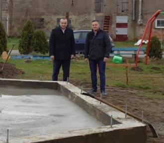 Zakończono I etap budowy grzybka rekreacyjnego w Starym Kobylinie