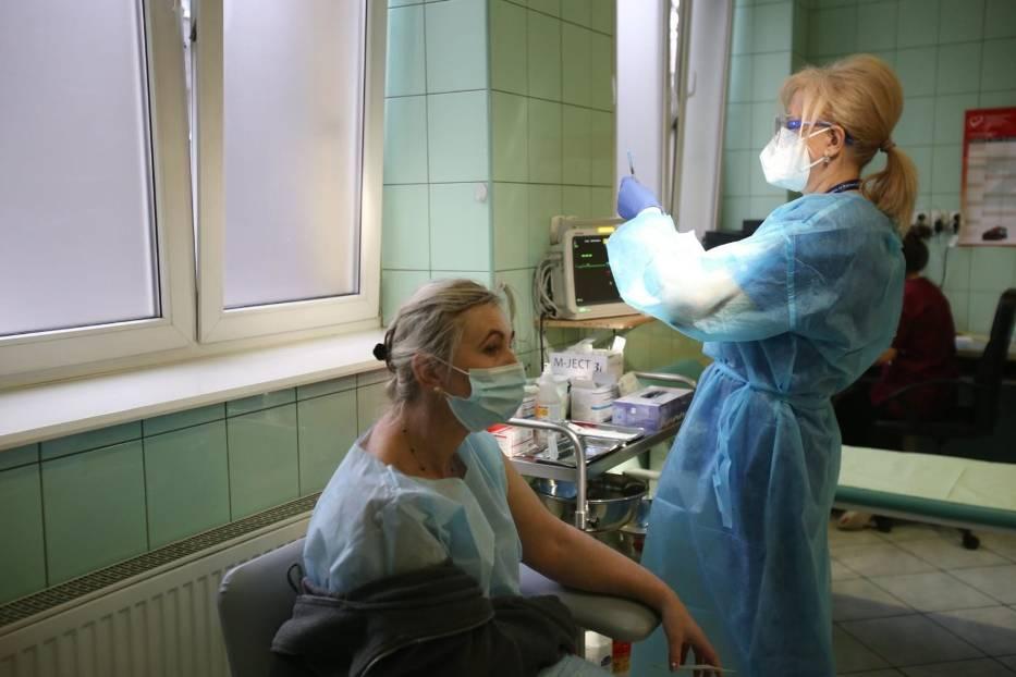 Sondaż: Zaszczepieni nie powinni być zwolnieni z obostrzeń