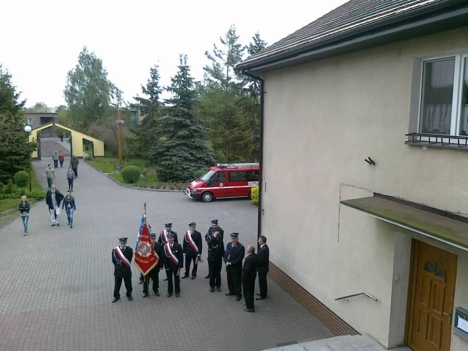 Przed kościołemFot