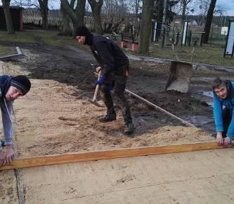 Uczniowie przebudują dziedziniec wokół szkoły. Rozpoczęli prace!