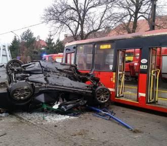 Wypadek w Rudzie Śląskie na ul. Zabrzańskiej. BMW wjechało w przystanek tramwajowy [ZDJĘCIA]