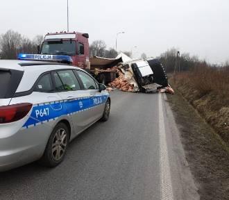 Ruda Śląska: Przewrócona naczepa TIRa, mięso wypadło na drogę