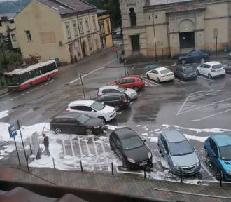 Nowy Sącz pożar. Na parkingu przy synagodze zapaliło się auto