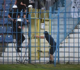 Rozruchy na stadionie w czasie meczu Ruch-Legia. Pseudokibice chcieli się bić. Pojawił się gaz