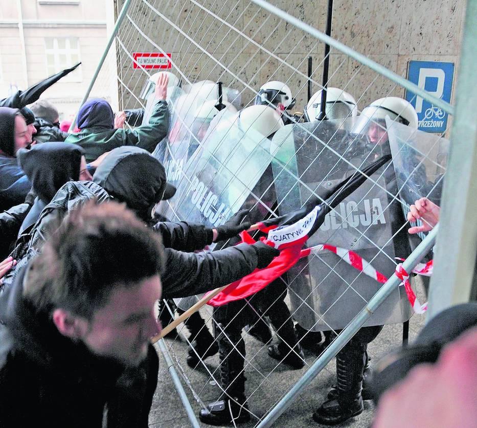 Przed urzędem wojewódzkim doszło do starć z policją
