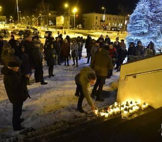 Milczący protest w Puławach. Mieszkańcy zapalili światła dla Pawła Adamowicza (ZDJĘCIA)