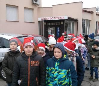 Uczniowie SP nr 2 w Łowiczu z prezentami dla małych pacjentów szpitala w Łowiczu [ZDJĘCIA]