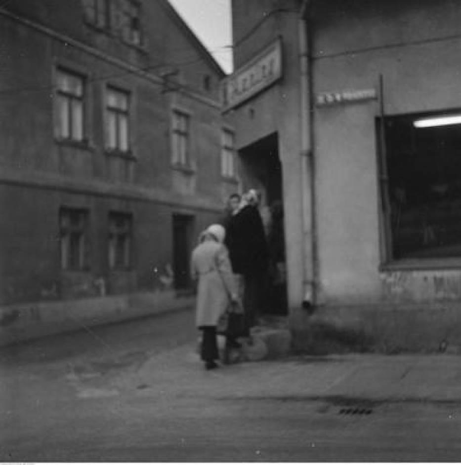 Radziejów. Kobiety wchodzą do sklepu