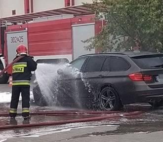 Pożar kilku samochodów koło marketu