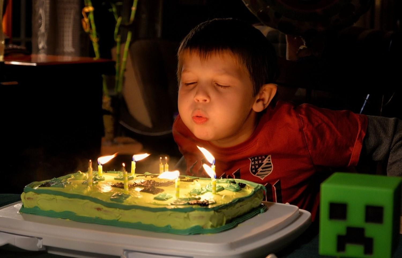 Życzenia urodzinowe dla chłopaka. Poważne, śmieszne, wierszyki, SMS. Czego życzyć?