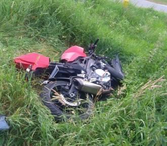 Samochód osobowy uderzył w motocykl. Jedna osoba ranna