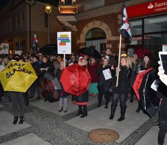 Strajk kobiet 8 marca w Rybniku! Kobiety manifestowały przed bazyliką i na rynku [ZDJĘCIA]